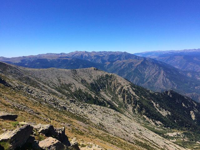 Vue sur le pic du canigou en Pyrénées-Orientales proche du camping