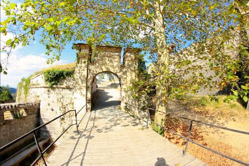 Entrée du château de Bellegarde près du camping Perthus
